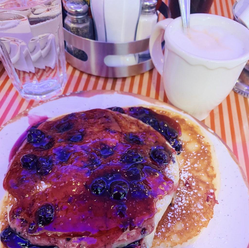Tick Tok NYC, Brunch avec Pancakes aux myrtilles