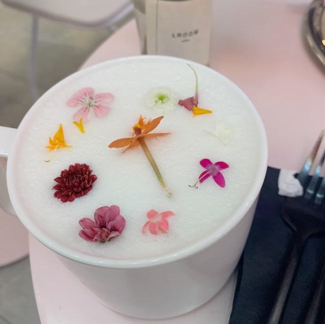 LRoom Café NYC, lait chaud avec des fleurs