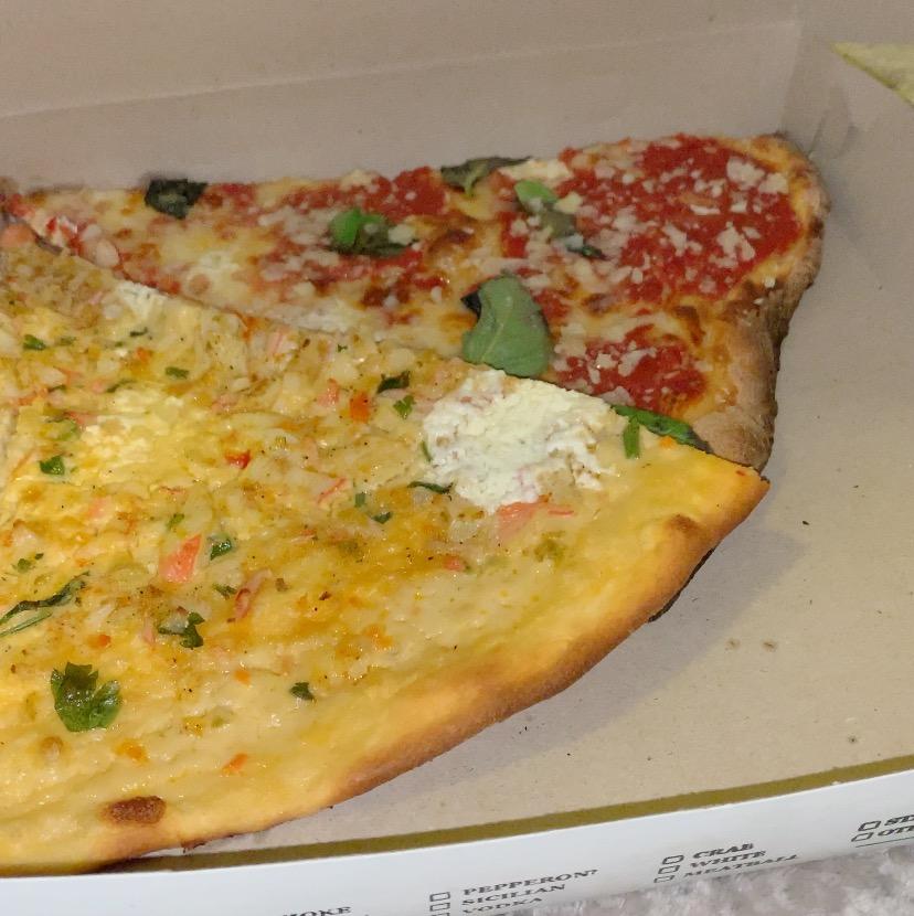 Artichoke slices of pizza, mozzarella et seafood