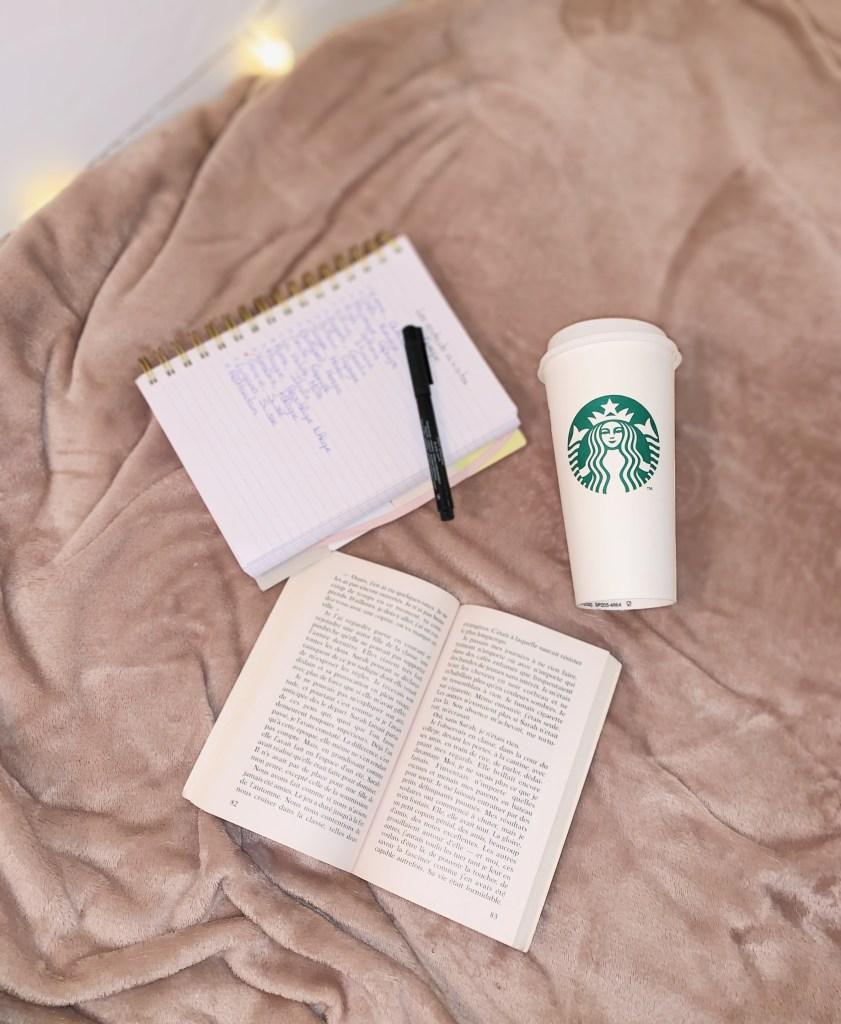Livres, café starbucks et carnet de notes