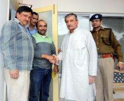 पाकिस्तान के तत्कालीन रेल मंत्री से मिलते हुए