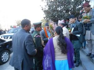 नवनिर्वाचित प्रधानमन्त्री शुसील कोईरालालाई प्रधानमन्त्रीको कार्यालयमा प्रवेश गर्नुअघि स्वागत गरिंदै