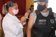 Prefeita Rhaiza Matos, vereadores Ricck e Regivan, e gerentes municipais participaram da vacinação de policiais civis, militares e bombeiros de Naviraí (38)