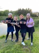 Marie, Amanda, Sabine og Mie med dagens fangster. Foto: Marie Brandt