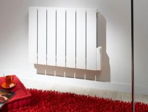 Радиаторы алюминиевые белые на стене