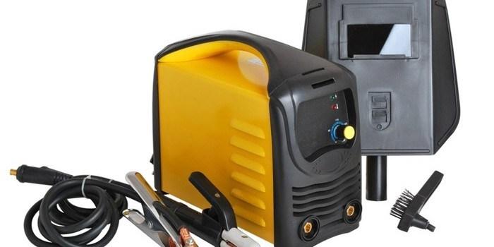 Желтый иверторный сварочный аппарат.