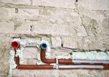 труби вбудовані в ніші стіни