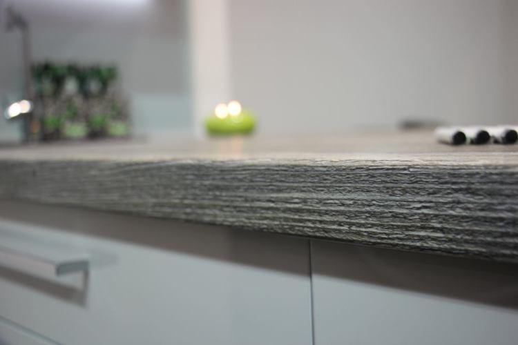 Дерево царит не только на фронтах. В кухне натуральное дерево также с точки зрения структуры идеально подчеркивает стиль.