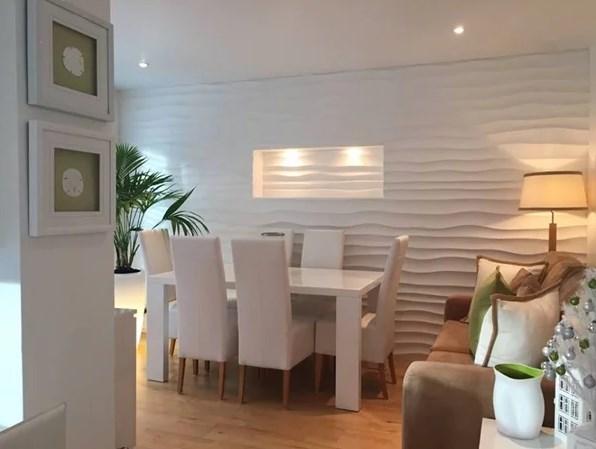 Стильная стена подчеркивает современный характер интерьера.Большое значение здесь имеют оригинальные освещение и интересная ниша – они подчеркивают красивый узор.
