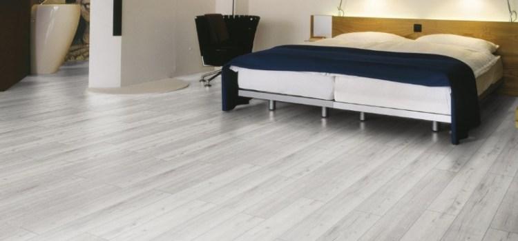 Пол в спальне — деревянная доска или ламинат? Что выбрать?