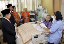 Presiden Joko Widodo dan Wakil Presiden Jusuf Kalla menjenguk Ketua Umum Partai Demokrat Susilo Bambang Yudhoyono