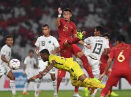 Pemain Timnas Indonesia Hansamu Yama (atas) berebut bola dengan sejumlah pesepak bola Timor Leste