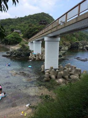 あかぐり苑池奥の浜に行く橋