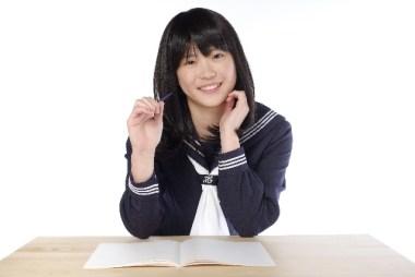 勉強する高校生女子