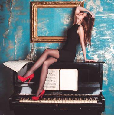 ピアノに座る女性