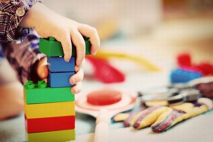 積み木で遊ぶ園児