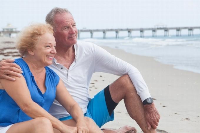 海を見る老夫婦