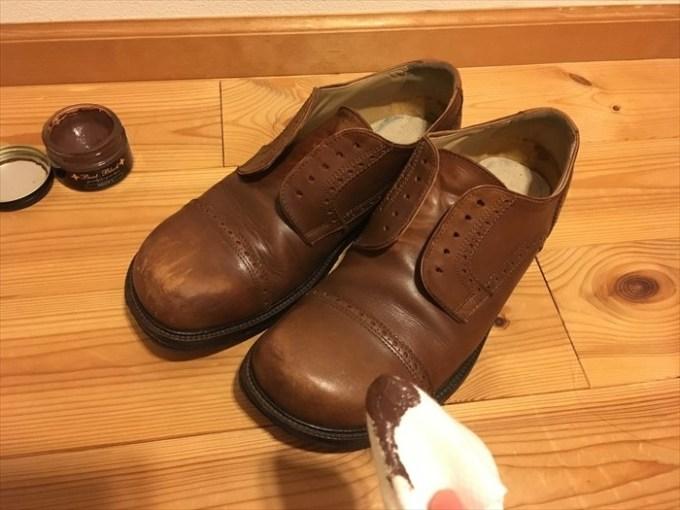 22靴クリームを塗る