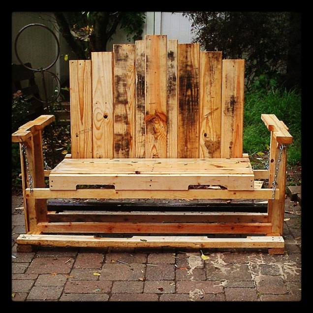 Swinging bench from pallets..