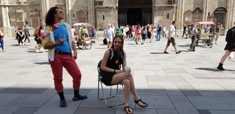 Alex Urbaniak und Johanna Reisinger posieren am Stephansplatz