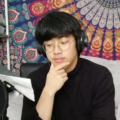 Michael Luu überlegend im no budget studio