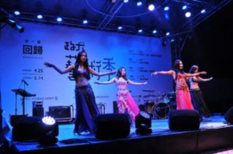 政大肚皮舞社受邀於藝術季的開幕式表演,展現苦練成果。(圖╱許閔淳攝)