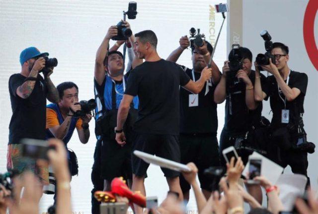 Foi a loucura na visita de Cristiano Ronaldo à China