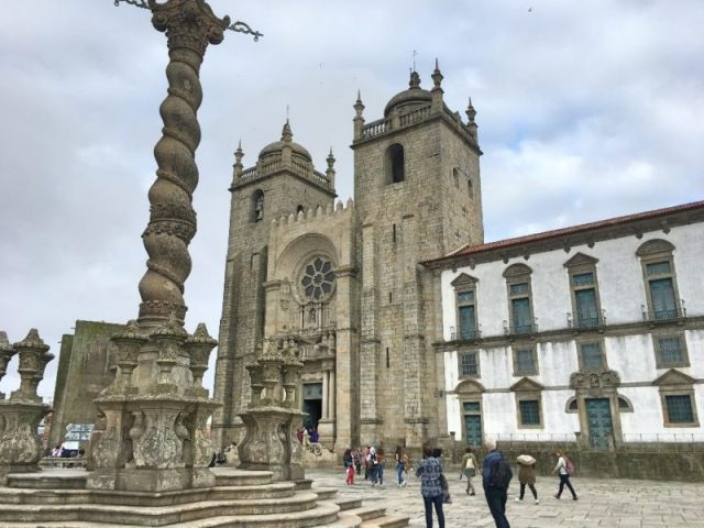Falso Pelourinho e a Torre Medieval