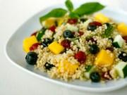 Salada deliciosa de quinoa e mirtilos