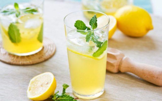 benefícios de beber sumo de limão