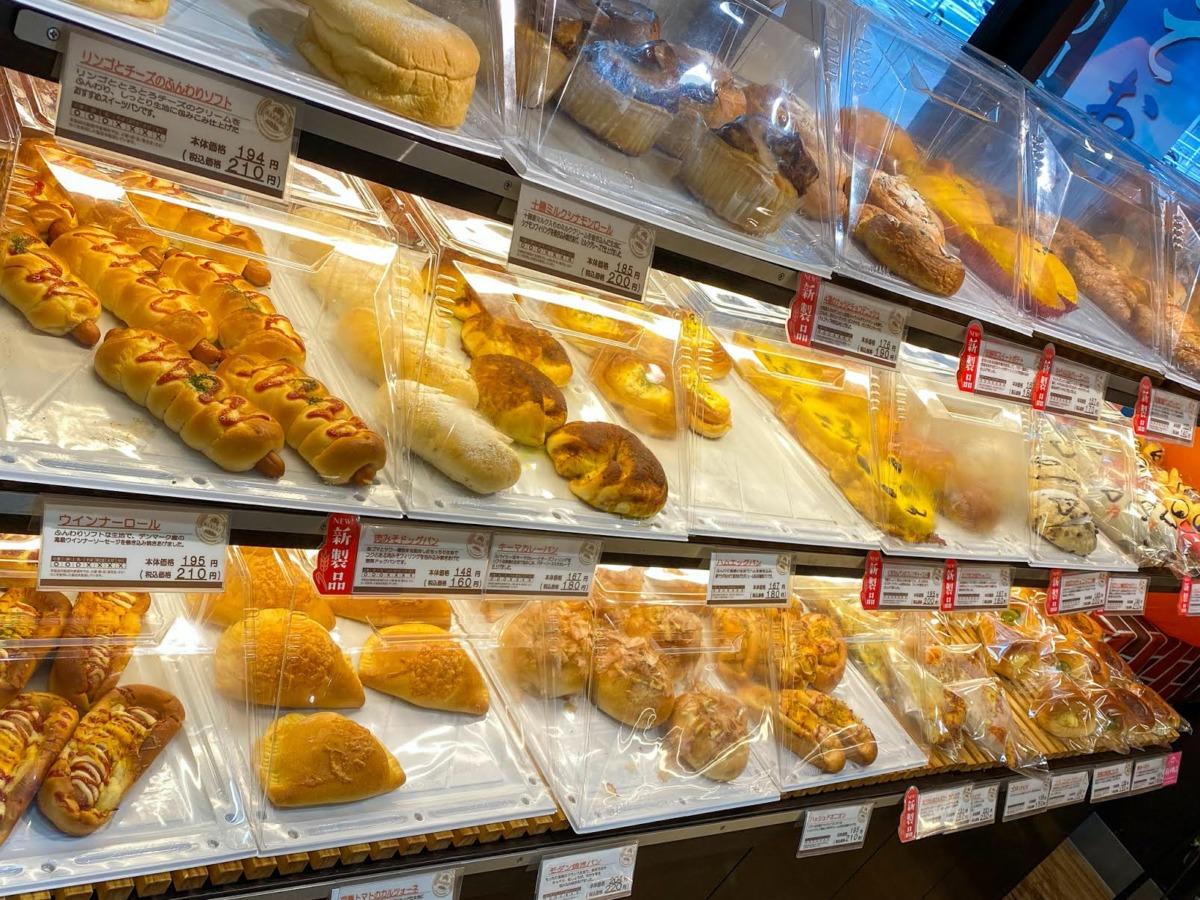 A view of a selection of bread in Kinkado Shoten Bakery near Tokyo (Kusatsu city travel guide)