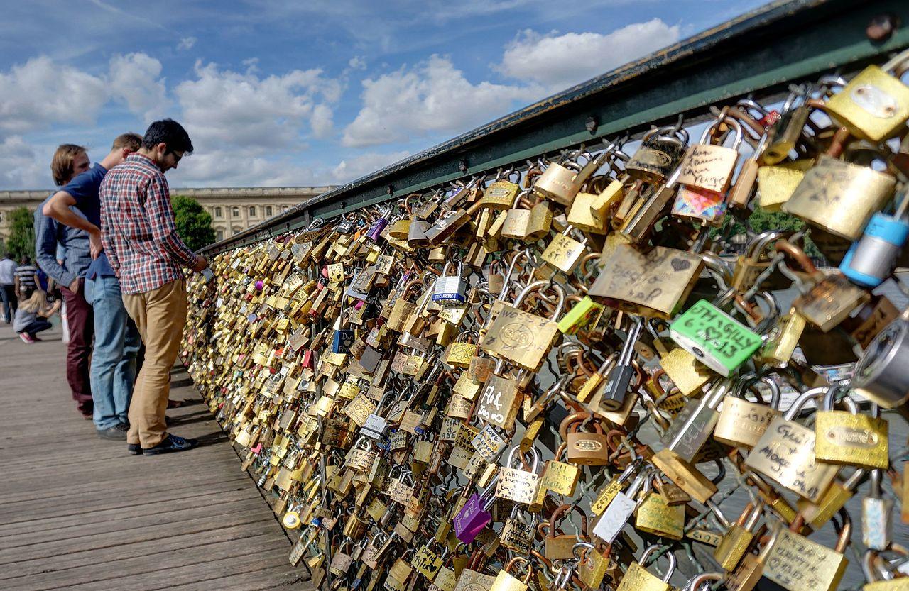 Lovelocks_on_pont_des_Arts,_Paris.jpg