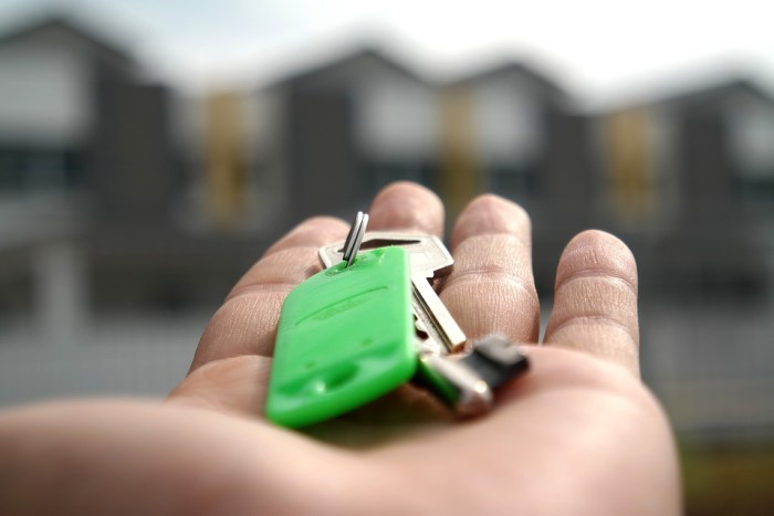 hand holding keys to new home Maintaining Control Throughout Your House Movee
