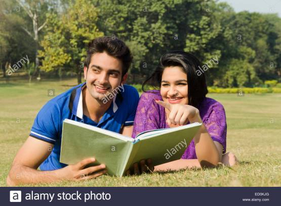 2-indian-college-couple-park-book-study-ED0KJG