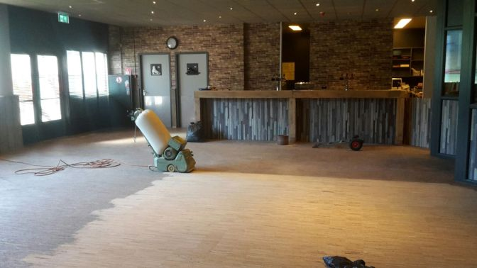 Schuren van de vloer van café Pierre