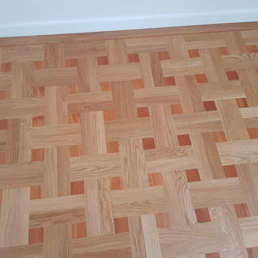 Patroonvloer gemaakt van een houten vloer met eiken en afzelia hout