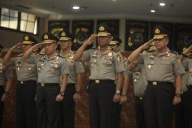 Komjen Tito Karnavian (dua kiri) pada suatu upacara kenaikan pangkat di Mabes Polri/foto: Antara