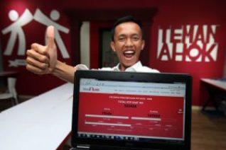 Inisiator 'Teman Ahok' Singggih Widiyastono menunjukan progres pengumpulan KTP dukungan kepada Ahok-Heru untuk maju sebagai pasangan calon independen gubernur dan wakil gubernur pada Pilkada DKI Jakarta 2017 di Sekretariat Teman Ahok, Pejaten, Jakarta Selatan, Senin (11/4). Hari ini total jumlah KTP warga Jakarta yang dikumpulkan Teman Ahok telah melampaui syarat minimum dari KPU yaitu 532.000 KTP. Dengan begitu, Ahok-Heru bisa melanjutkan rencanaynya untuk maju melalui jalur independen. (Foto: MI)
