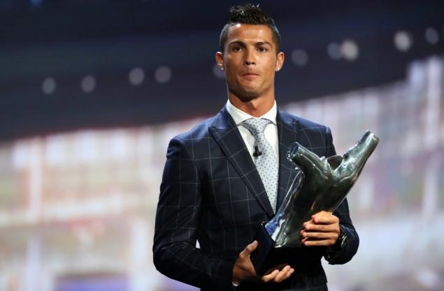 Bintang Real Madrid, Cristiano Ronaldo, memegang trofi Pemain Terbaik Eropa yang diumumkan dalam pengundian fase grup Liga Champions di Monako, Kamis (25/8/2016). (foto: AFP)