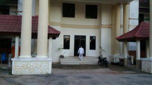 Kades Perlang, Rusliyadi datangi kantor Bupati Bateng pukul 05.30 Wib (foto roni)