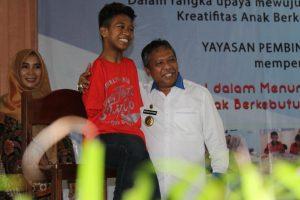Salwa (berbaju merah) dengan Gubernur Babel Rustam Effendi. (foto: Linda)