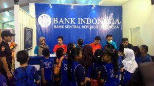 Para siswa/i saat menyambangi loket penukaran uang BI (foto: Randi)