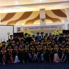 Ketua STIE IBEK Bangka Belitung Dr. Rizal R. Manullang berfoto bersama para dosen dan mahasiswa yang diwisuda pada Kamis, 28 September 2017. (Foto: Wina/LASPELA)