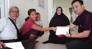 Perwakilan Yayasan BPJ Peduli, Abdullah Randi Saat Memberikan Santunan kepada Keluarga Kelvin atau Farel.
