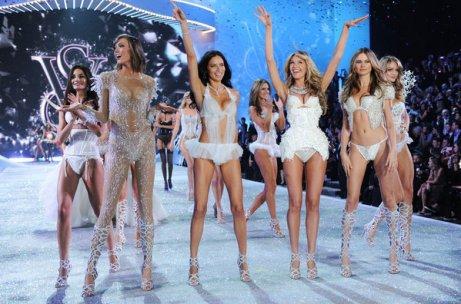 De izquierda a derecha, las modelos Lily Aldrige, Karlie Kloss, Adriana Lima, Candice Swanepoel y Bahati Prinsloo durante el Victoria's Secret Fashion Show en el Lexington Avenue Armory de New York