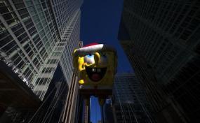 El globo de Bob Esponja, durante el desfile del día de Acción de Gracias, en Nueva York, el 28 de noviembre de 2013. REUTERS/Eric Thayer