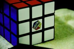 """Cubo de Rubik (1980) Inventado por el escultor y profesor de arquitectura húngaro Ernö Rubik en 1974, este """"Cubo Mágico"""" revolucionó las navidades de 1980, año en que se comercializó en occidente (anteriormente solo se podía comprar en las jugueterías de Budapest). El objetivo del juego consiste en desarmar la configuración inicial en orden y volverla a armar, logro que, según estimaciones, han conseguido más de 100 millones de personas en todo..."""
