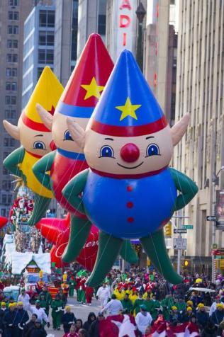 Los globos de los ayudantes de Santa Claus, durante el desfile del día de Acción de Gracias, en Nueva York, el 28 de noviembre de 2013.