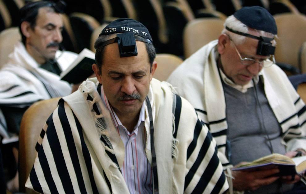 Grup de jueus iraquians pregant.
