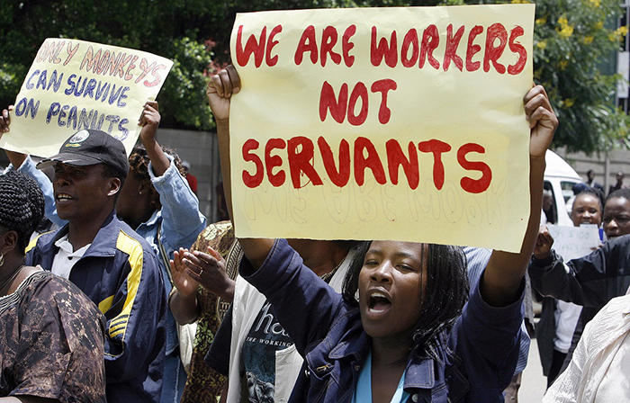 Zimbabwean civil servants demonstrate in the streets of Harare on February 19, 2009. (AFP PHOTO DESMOND KWANDE / AFP PHOTO / DESMOND KWANDE)